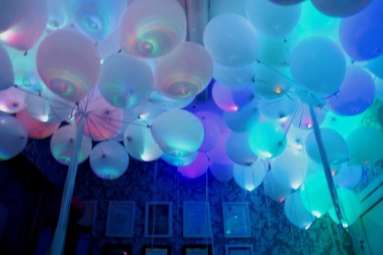 Белые светящиеся шары под потолок - фото 1