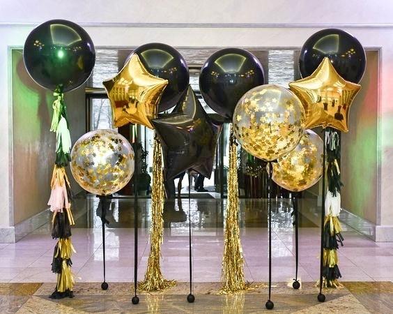 """Фотозона """"Свечение в ночи"""" из черных и золотых шаров - фото 1"""